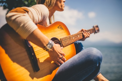 woman playing guitar photo